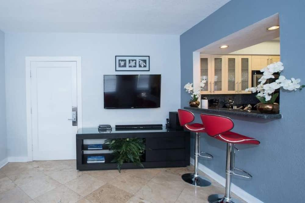 Superior Suite, 1 Queen Bed, Kitchen, City View - Living Area
