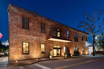Enter your dates for our Savannah last minute prices