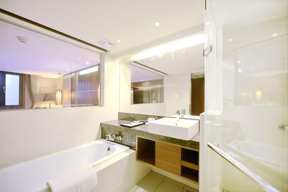 Deluxe Twin Room, 2 Twin Beds - Bathroom