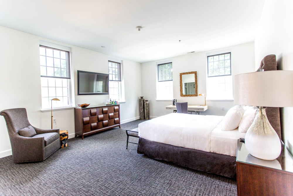 The Delafield Hotel Deluxe Suite Guest Room
