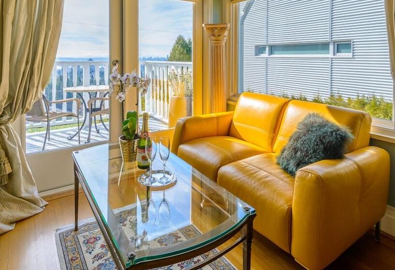 Crystal's View Bed & Breakfast, North Vancouver, Svit Deluxe - 1 queensize-säng - utsikt mot staden - ovan vatten (Balcony & Double Jacuzzi ), Vardagsrum