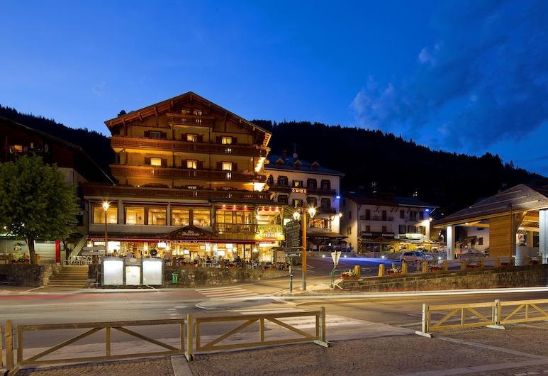 Hôtel La Croix Saint Maurice, Le Grand-Bornand, Hotel Front – Evening/Night