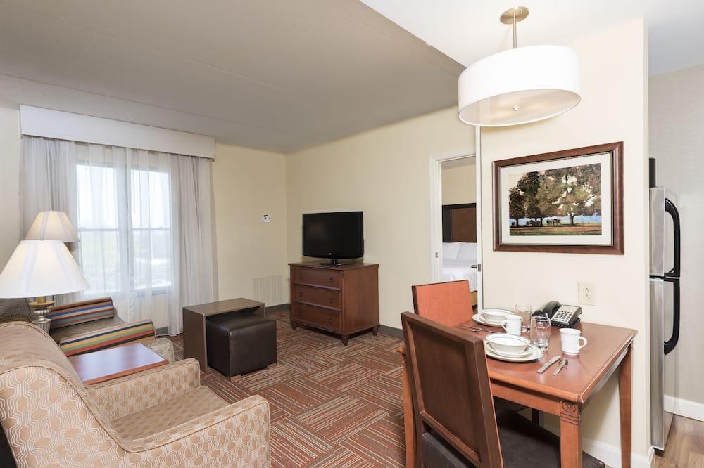 ห้องสวีท, เตียงคิงไซส์ 1 เตียง และโซฟาเบด - ห้องนั่งเล่น
