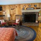 Deluxe Room, 1 Queen Bed, Fireplace, Ground Floor - Living Room