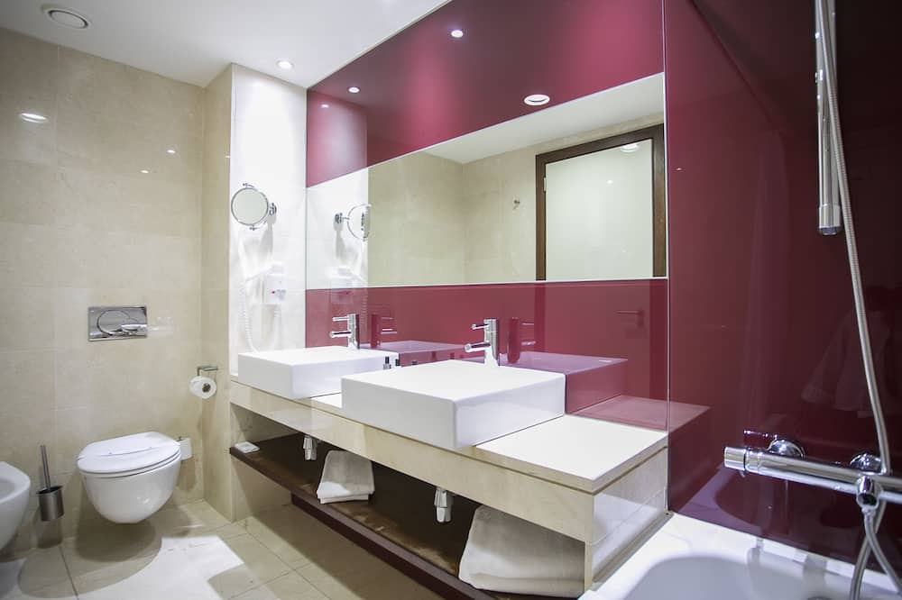 Double or Twin Room (2 adults + 1 child) - Bathroom