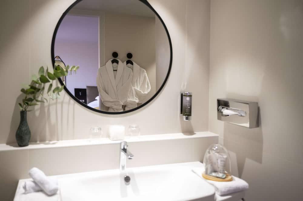 Executive Room, 1 Queen Bed (Larger Room) - Bathroom