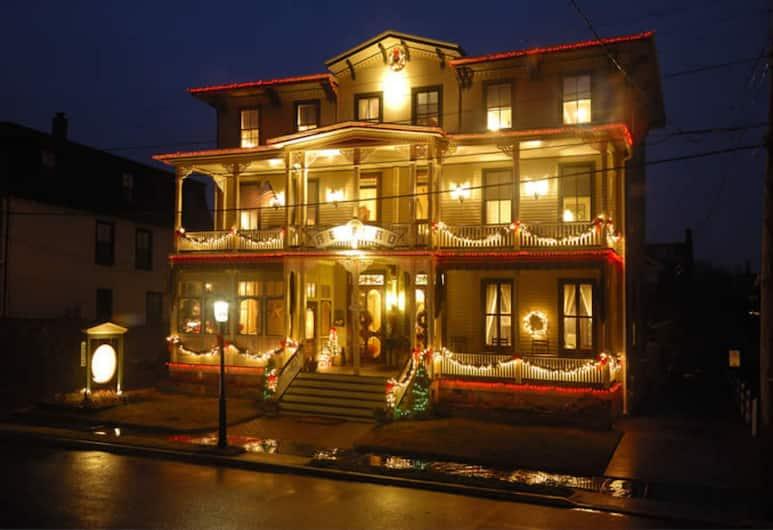 Bedford Inn, Cape May, Průčelí hotelu ve dne/v noci