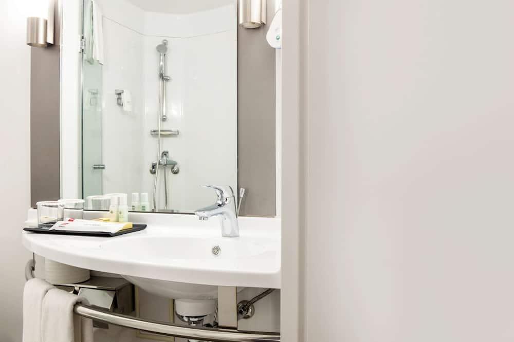Standard Room, 3 Twin Beds - Bathroom