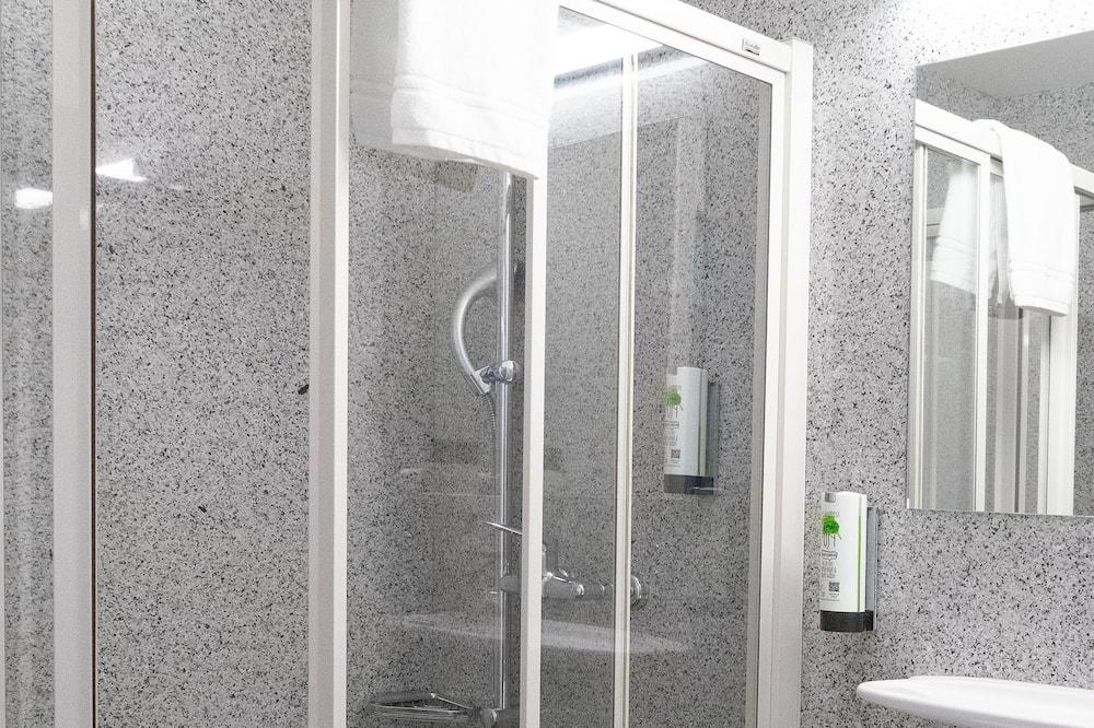 Улучшенный номер (twin bed & bunk bed) - Ванная комната