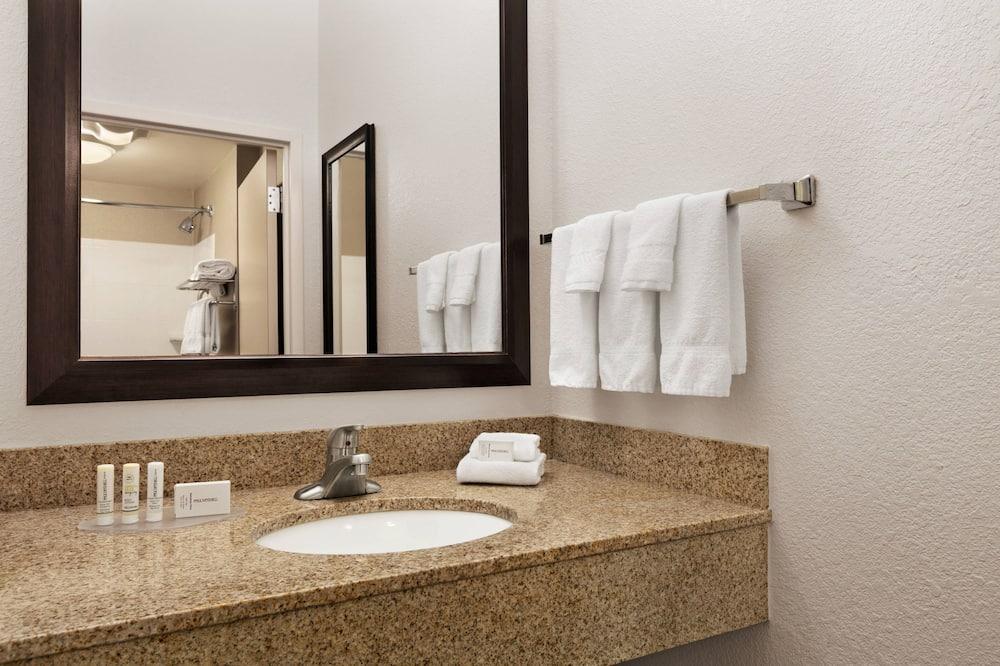 Suite, 1 King Bed, Non Smoking - Bathroom