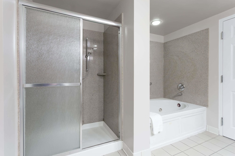 Executive Suite, 1 King Bed, Non Smoking - Bathroom