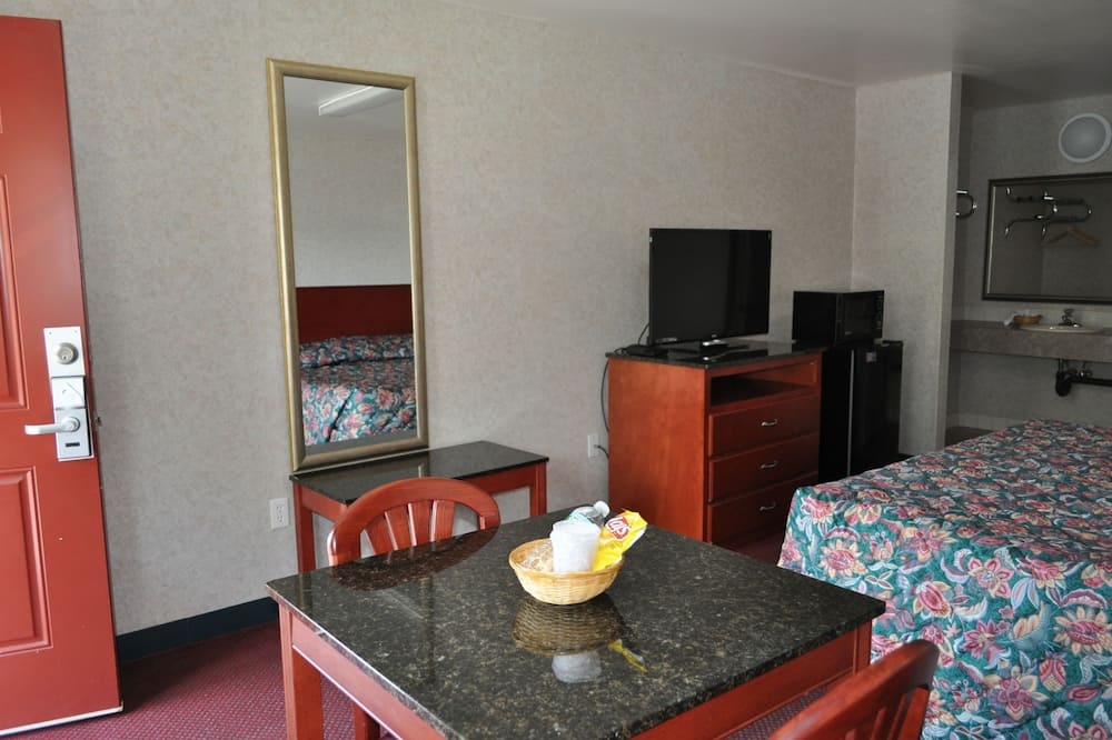 Standard Room, 1 King Bed, Non Smoking - Living Area