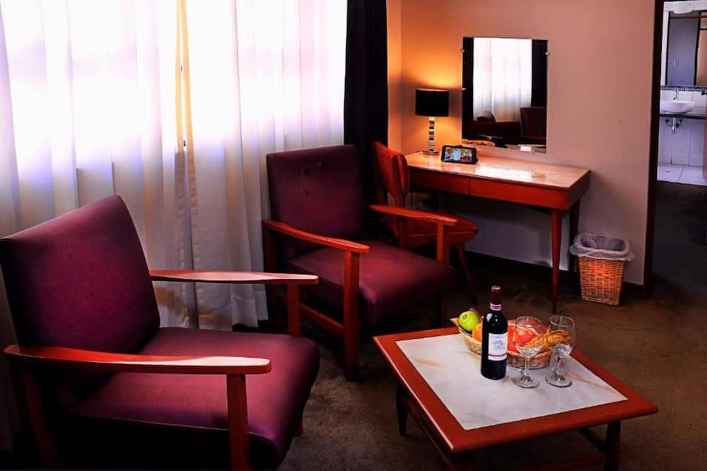 Numurs ar papildu ērtībām, 1 divguļamā karaļa gulta, privāta vannasistaba - Dzīvojamā istaba