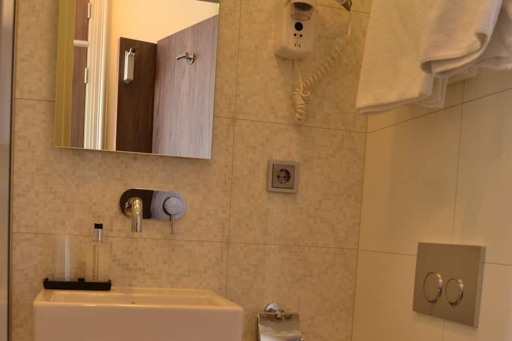 Deluxe Triple Room, 3 Single Beds - Bathroom