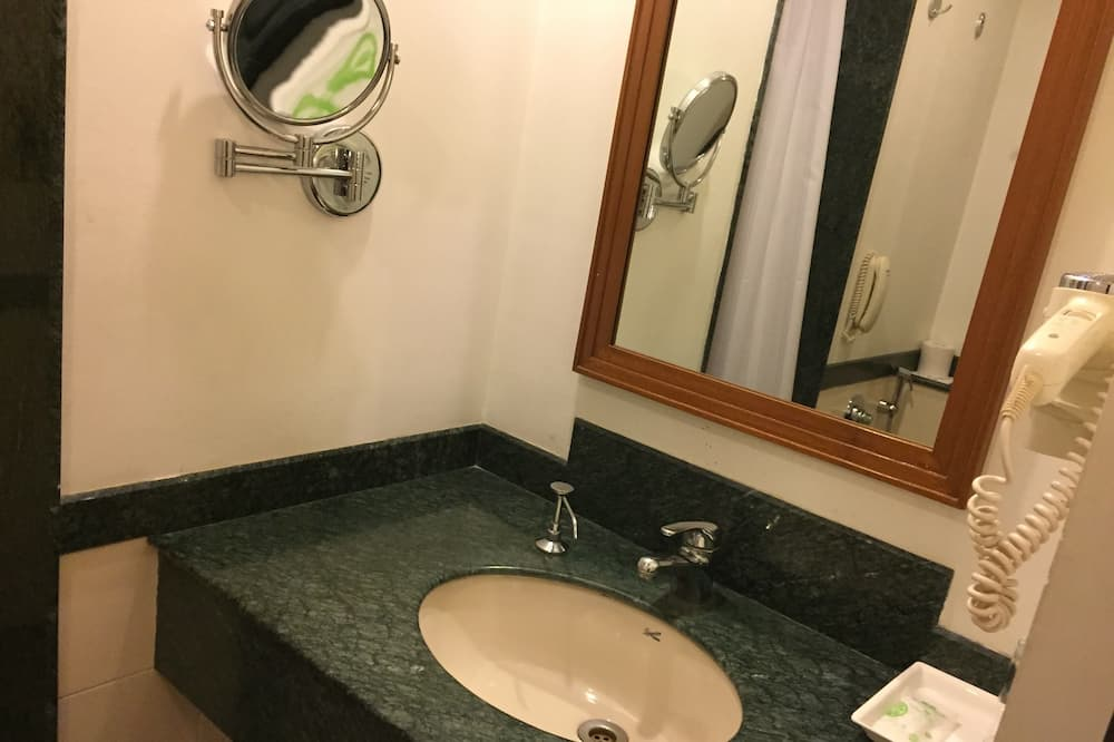 Business Double or Twin Room, 1 Double or 2 Twin Beds - Bathroom