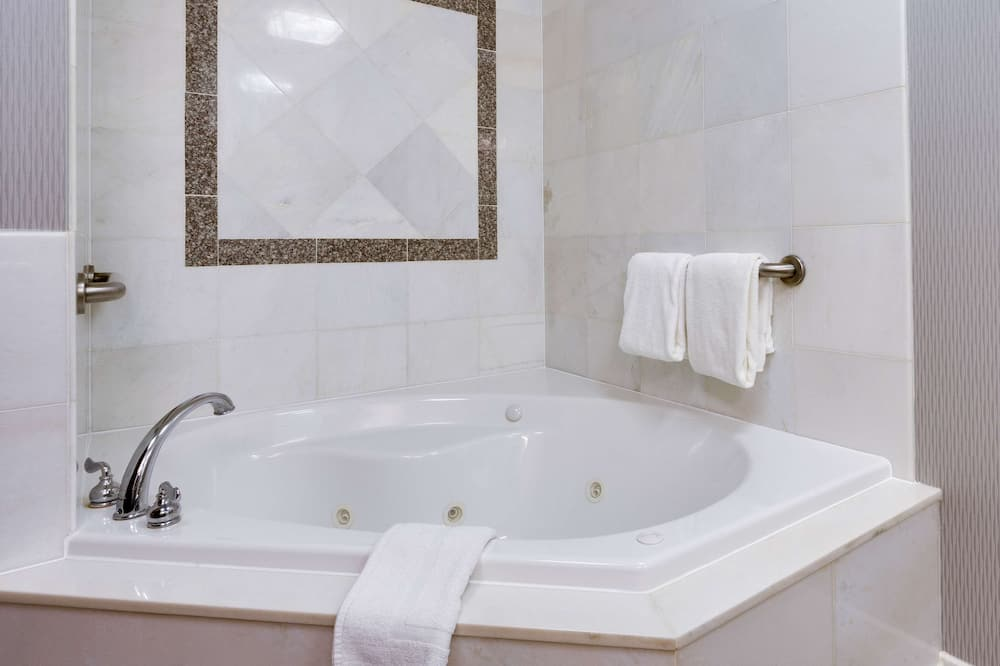 Deluxe Room, 1 King Bed, Refrigerator & Microwave (Jetted Tub) - Bathroom