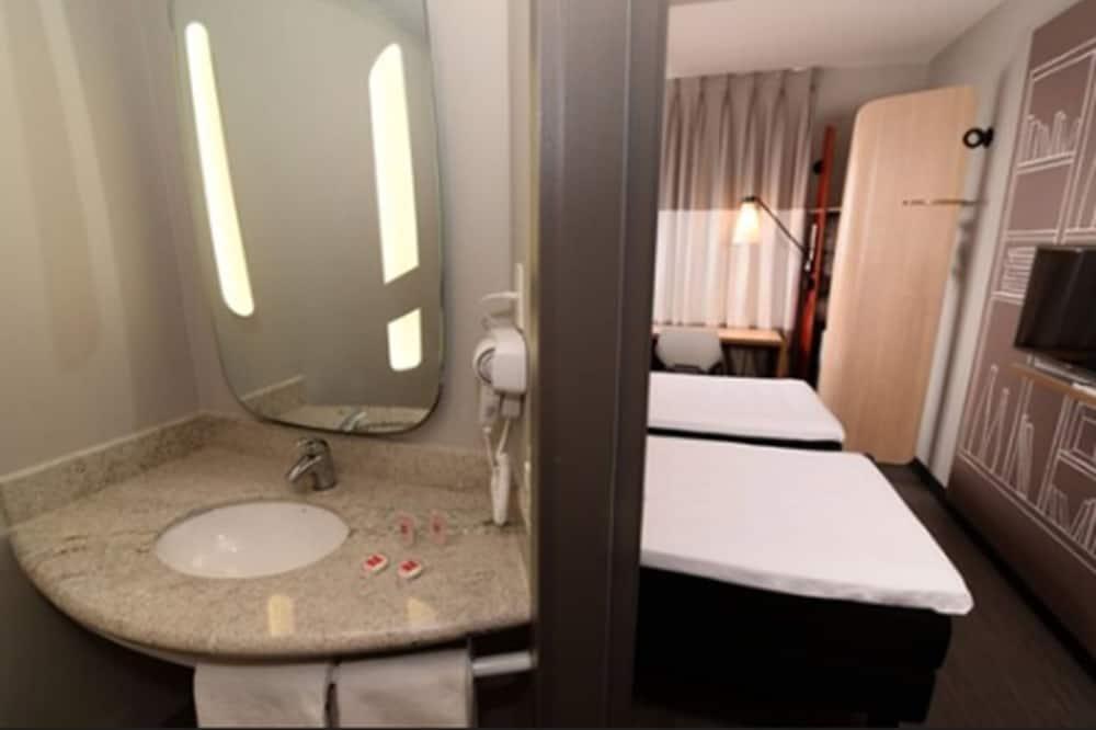 Tek Büyük Yataklı Oda, Birden Çok Yatak, Engellilere Uygun - Banyo