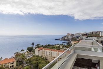 Enter your travel dates, check our Funchal last minute prices