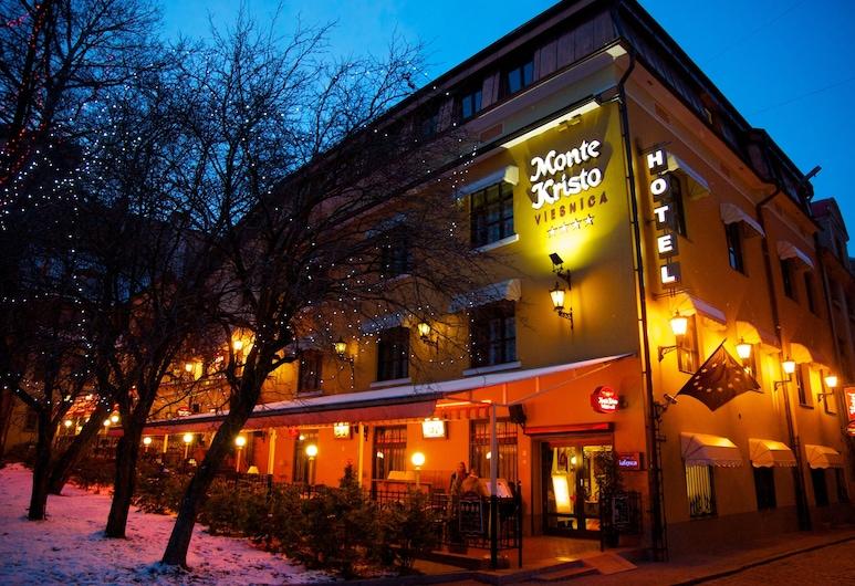 Monte Kristo Hotel, Ryga, Fasada hotelu — wieczorem/nocą