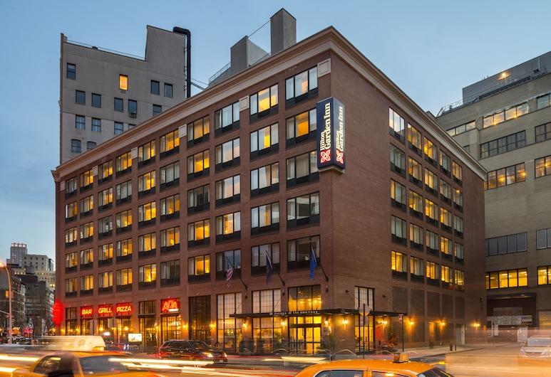 Hilton Garden Inn Tribeca, New York, Hotelfassade am Abend/bei Nacht