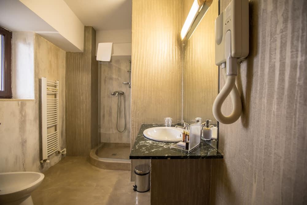 Double Room, 1 King Bed - Bathroom Shower