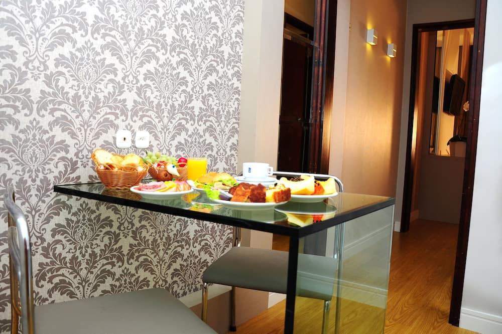 Standard Tek Büyük veya İki Ayrı Yataklı Oda (**deactivated per hotel) - Oturma Odası