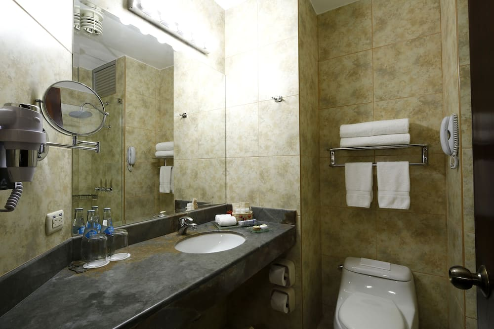 Superior Room, 2 Double Beds - Bathroom