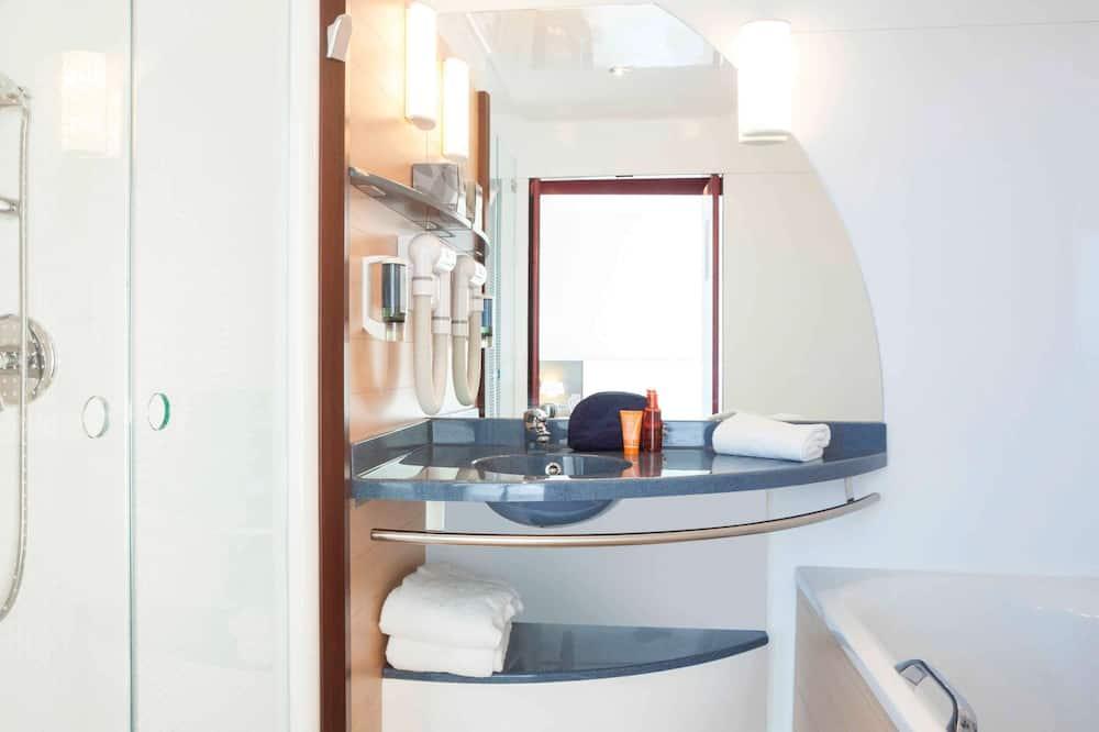 Superior Suite, Multiple Beds - Bathroom
