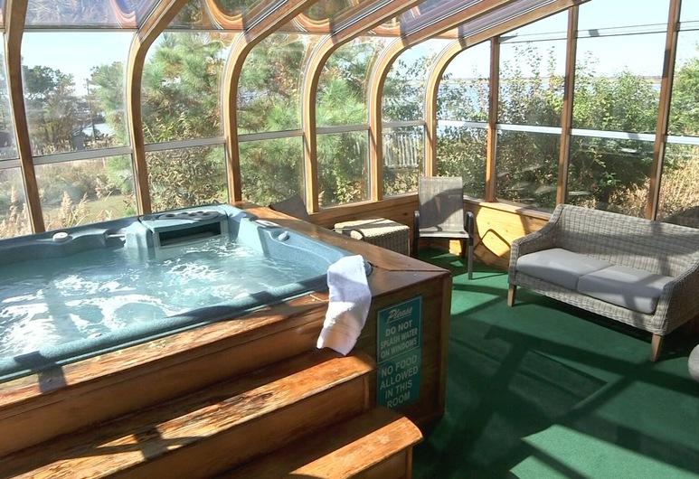Waterside Inn, Chincoteague, Indoor Spa Tub