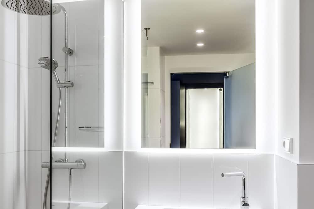 Standard Room, 1 King Bed, Non Smoking - Bathroom