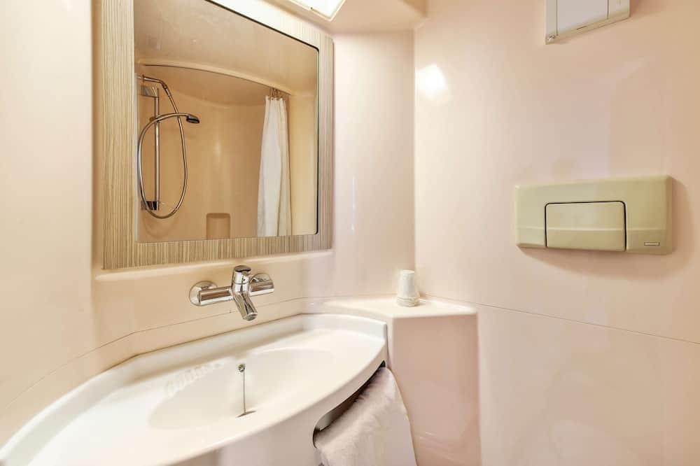Štandardná trojlôžková izba, 3 jednolôžka - Kúpeľňa