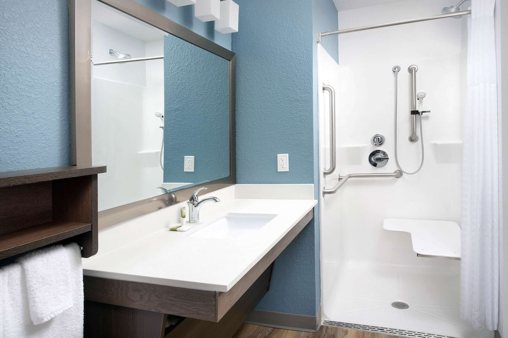 Standard Room, 1 Double Bed, Accessible, Non Smoking (Roll-in Shower) - Bathroom