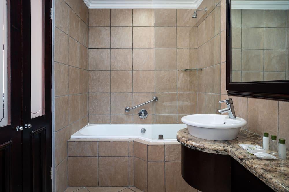 Suite, 1 très grand lit - Salle de bain