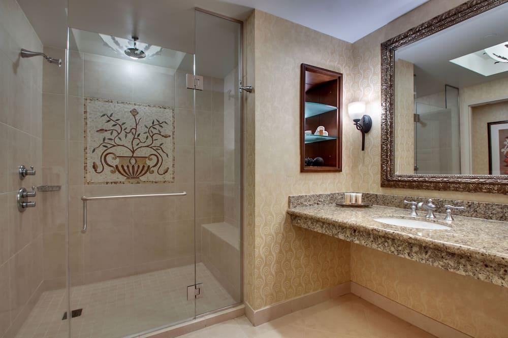 Deluxe Room, 2 Queen Beds - Bathroom