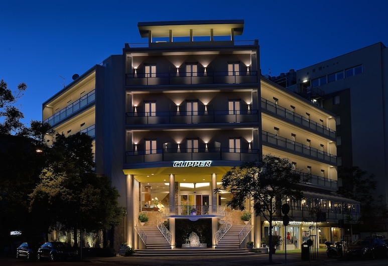 Hotel Clipper, Pesaro, Fachada del hotel de noche