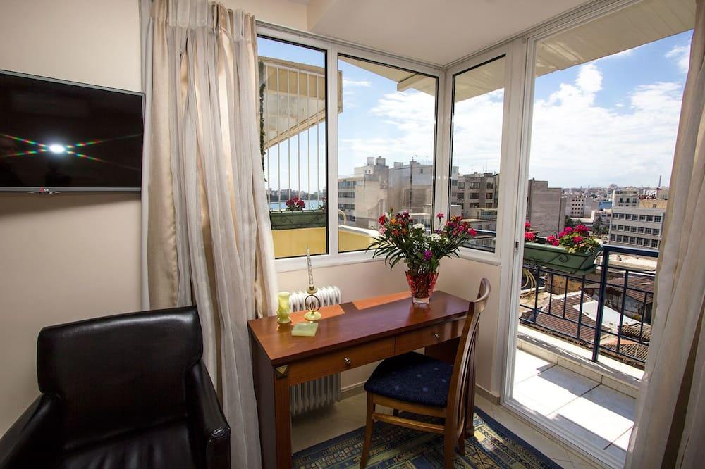 Kambarys verslo klientams (1 dvigulė / 2 viengulės lovos), balkonas - Svetainės zona