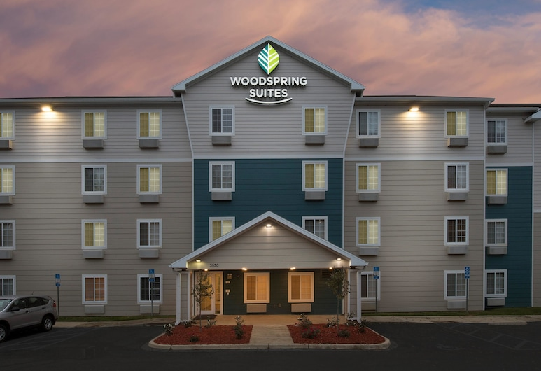 WoodSpring Suites Tallahassee Northwest, Tallahassee, Hotellets front – kveld/natt