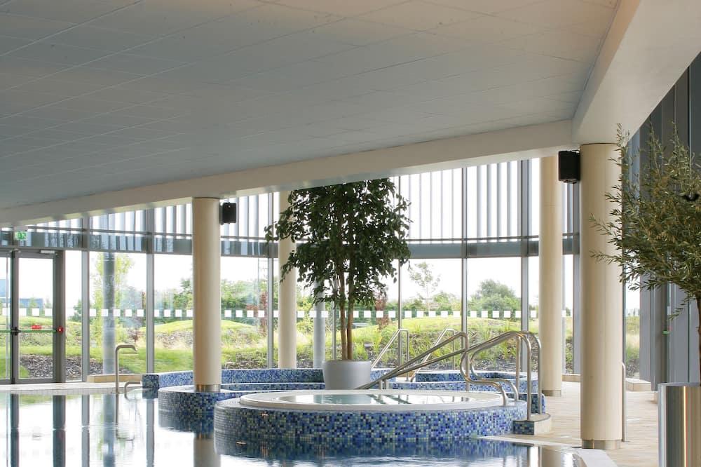 Family Room - Pool