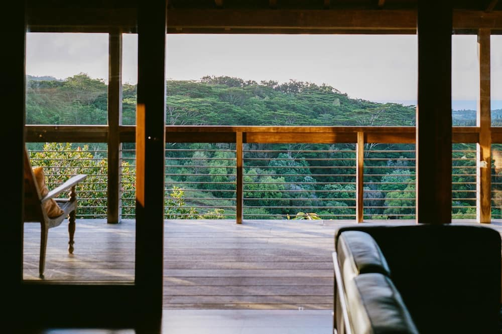 This Airbnb in Hawaii overlooks the rooftops