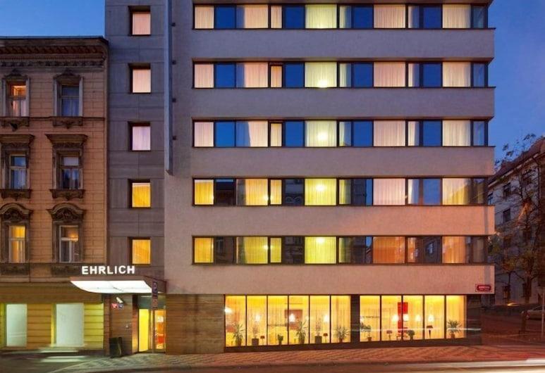 Hotel Ehrlich, Praga, Entrada del hotel (tarde o noche)