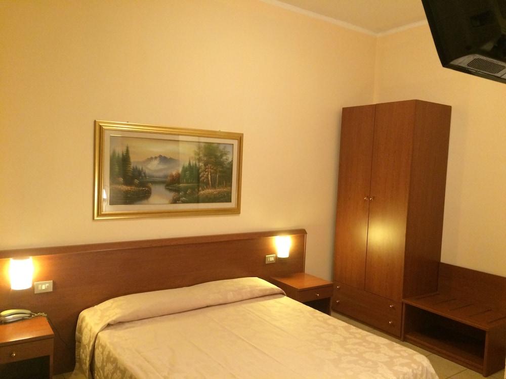 Hotel Paradiso, Milan
