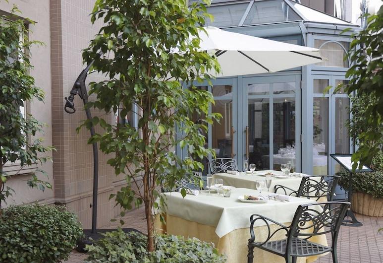 Hotel Monterey La Soeur Ginza, Токио, Обед на террасе