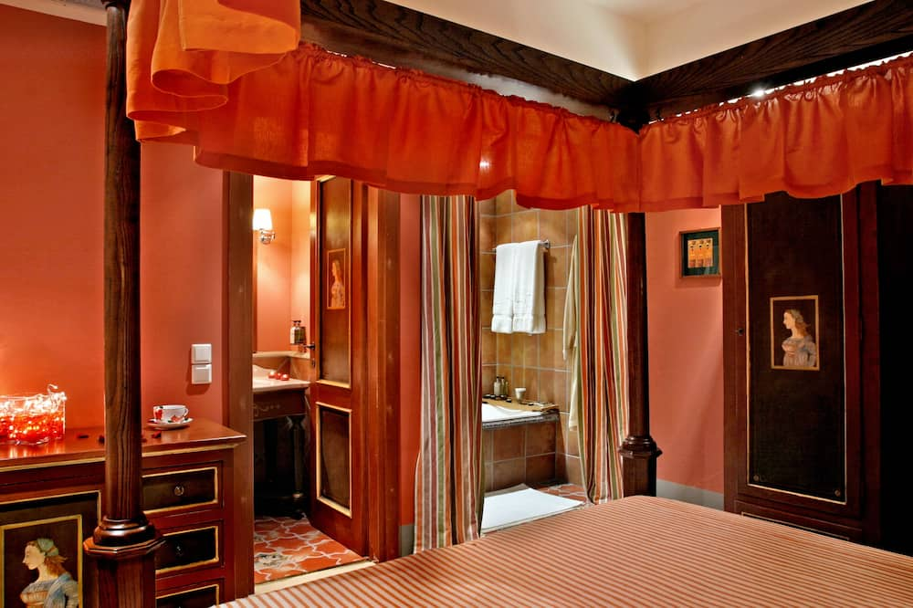 Deluxe Room with 30' Massage & Spa - Living Area