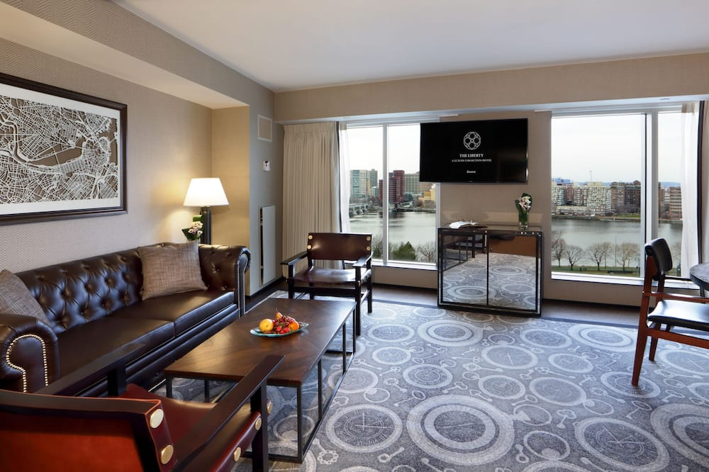 City Suite, 1 Bedroom, Non Smoking, City View (Charles River) - Living Area