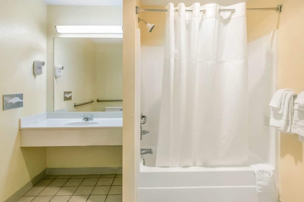 Zimmer, 1King-Bett, barrierefrei, Nichtraucher - Badezimmer
