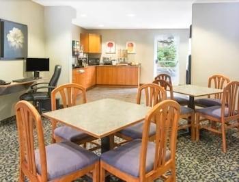 Microtel Inn Suites By Wyndham Hazelton Bruceton Mills Breakfast Area