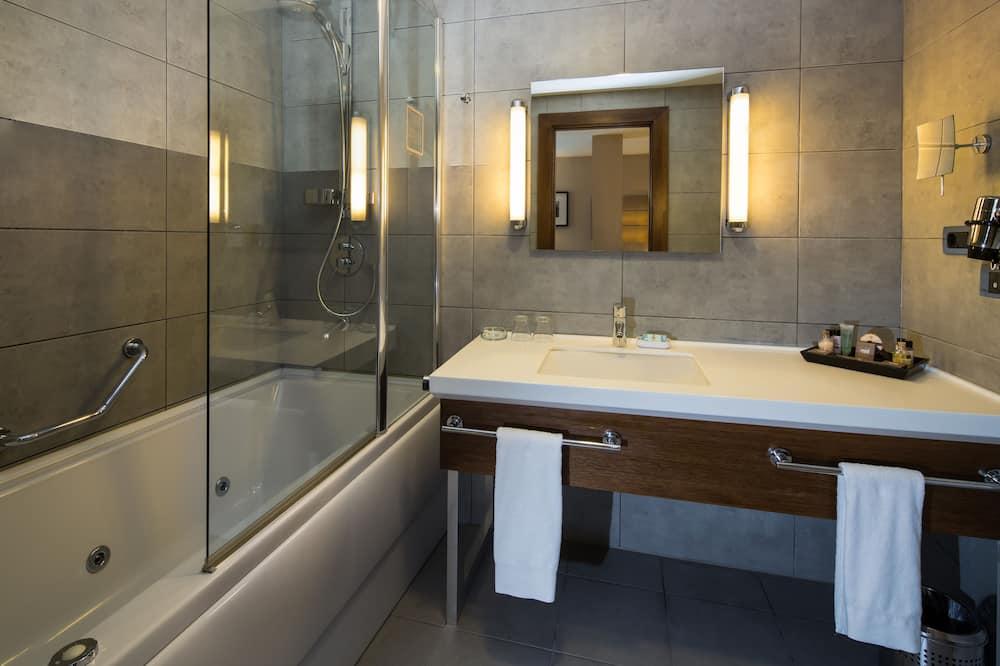 Suite, 1 Double Bed, Corner - Bathroom