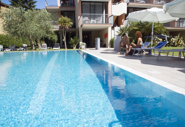 Hotel Holiday Sport & Relax, Nago-Torbole, Útilaug
