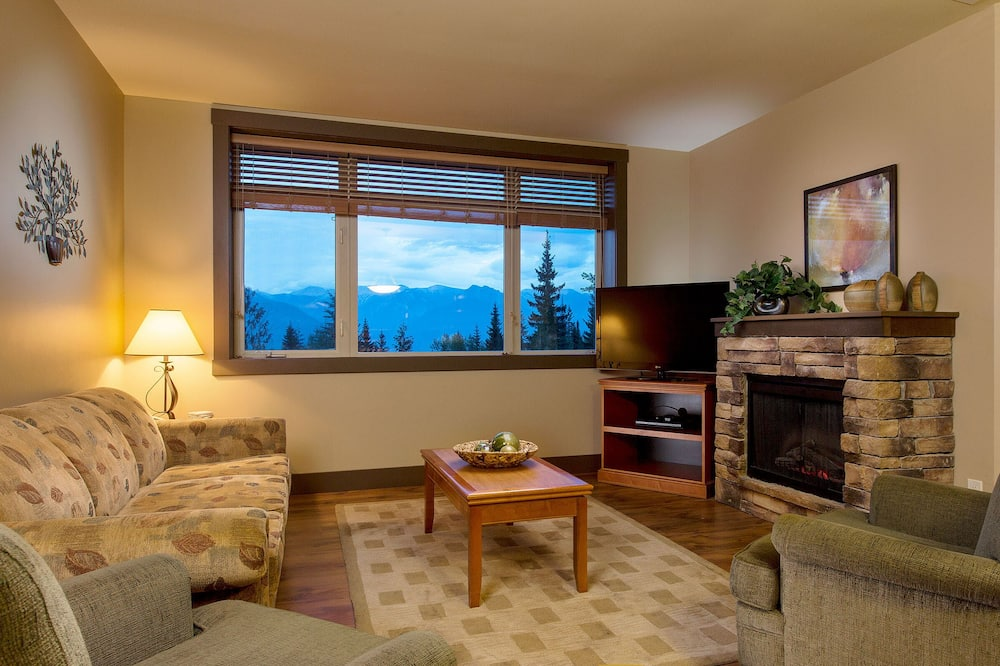 2-Bedroom Hot Tub Suite - Living Area