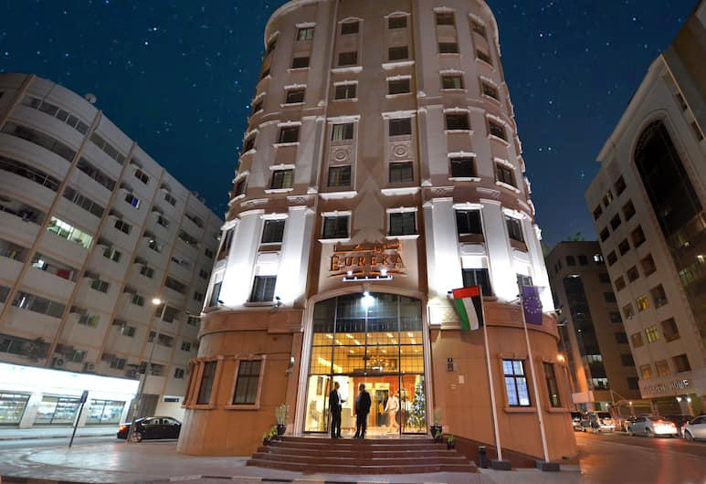 Eureka Hotel, Dubajus, Viešbučio fasadas vakare / naktį